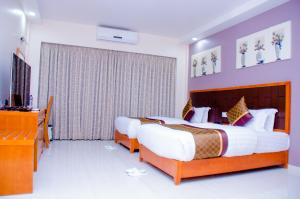 A bed or beds in a room at HOTEL PLATINUM