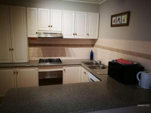 A kitchen or kitchenette at Townhouse at Moonee Ponds 4KM to CBD
