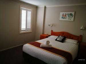 A bed or beds in a room at Townhouse at Moonee Ponds 4KM to CBD