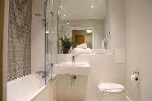 A bathroom at Letting Serviced Apartments - Charrington Place, St Albans