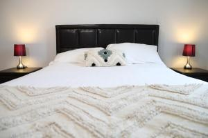 A bed or beds in a room at Letting Serviced Apartments - Charrington Place, St Albans
