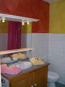 A bathroom at Appartement avec Terrasse centre Brides