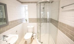 A bathroom at Sea-view beachfront apartments, 1 minute to the beach, uninterrupted sunset views, perfect tranquil coastal escape in central location above Buoy and Oyster restaurant