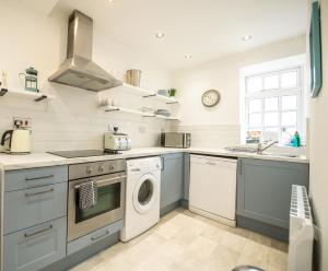 A kitchen or kitchenette at Sea-view beachfront apartments, 1 minute to the beach, uninterrupted sunset views, perfect tranquil coastal escape in central location above Buoy and Oyster restaurant