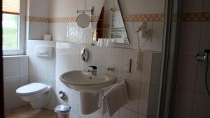 Ein Badezimmer in der Unterkunft Hotel Garni Elegant