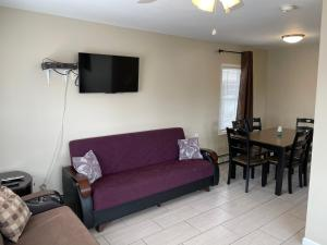 A seating area at Newly Renovated 2 Bedroom House