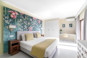 A bed or beds in a room at Castelo Guest House