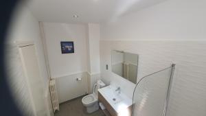 Salle de bains dans l'établissement Hôtel L'Alsace-Gare sncf