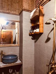 A bathroom at Little Yen's Homestay