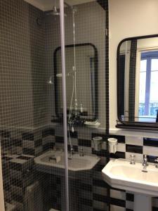 A bathroom at Hotel Le Petit Chomel