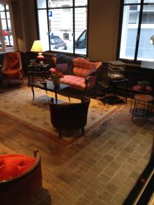 A seating area at Hotel Le Petit Chomel