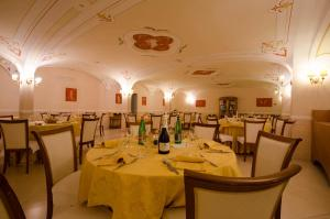 A restaurant or other place to eat at Hotel San Francesco