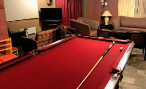 A pool table at Cottonwood Lodge