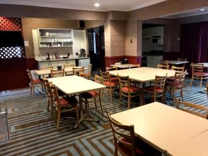 A restaurant or other place to eat at Cottonwood Lodge