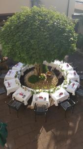 Blick auf Weinstadt Hotel aus der Vogelperspektive