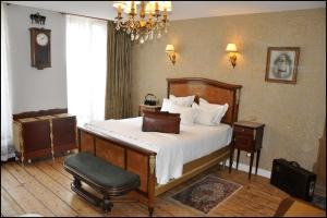 A bed or beds in a room at Detective Hotel