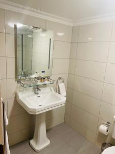 A bathroom at London Elizabeth Hotel