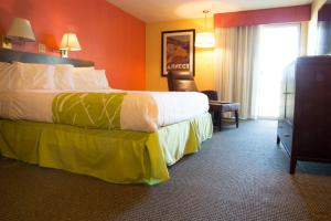 A bed or beds in a room at The Tidewater Inn - Cape Cod