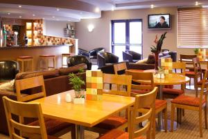 A restaurant or other place to eat at ibis Chesterfield Centre – Market Town