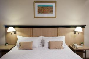 A bed or beds in a room at Argentino Hotel