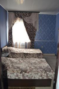 A bed or beds in a room at Alexandra Hotel