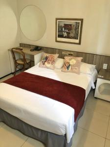 A bed or beds in a room at Aldeota Praia Hotel