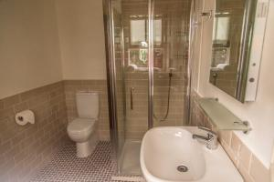 A bathroom at Silvermines Self Catering Accommodation