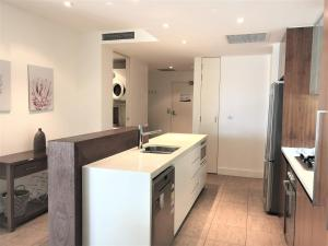 A kitchen or kitchenette at Cotton Beach Resort - Tweed Coast Holidays ®