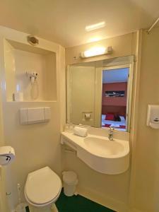 A bathroom at Initial by Balladins Lyon Villefranche-sur-Saône