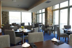 A restaurant or other place to eat at The Perisher Valley Hotel