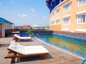 Бассейн в Sapadia Hotel Siantar или поблизости