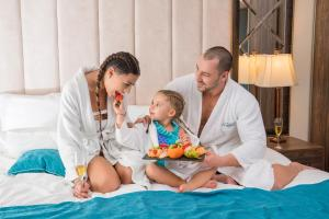 A family staying at Park & Spa Hotel Markovo