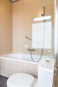 A bathroom at Hotel Pannenkoekhuis Vierwegen