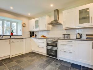 A kitchen or kitchenette at Cozy Holiday Home in Cornwall with large garden