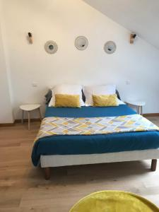 A bed or beds in a room at The Garden House vierzon
