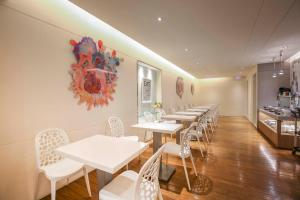 A restaurant or other place to eat at Dandy Hotel - Tianjin Branch