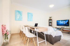Una televisión o centro de entretenimiento en Luxury 3 bedroom apartment with sea view solarium