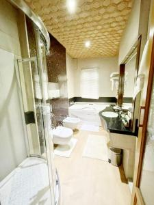 A bathroom at Mascot Houseboats