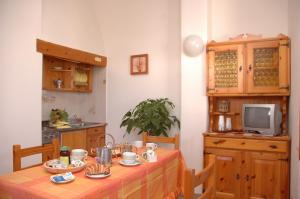 A restaurant or other place to eat at Residence Villa Tina
