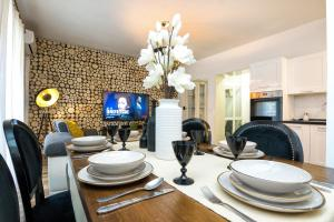 A restaurant or other place to eat at Francesca Luxury Apartment