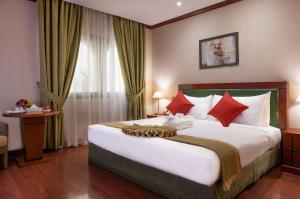 سرير أو أسرّة في غرفة في فندق موڤنبيك جدة