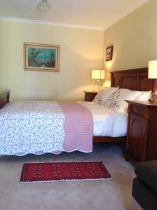 A bed or beds in a room at The Cook Cottage