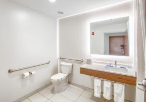 A bathroom at Holiday Inn Express Hotel & Suites Gulf Shores, an IHG Hotel