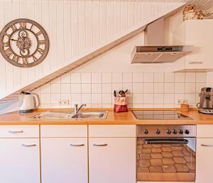 A kitchen or kitchenette at Johannishof Wein-Café & Gästehaus