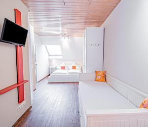A bed or beds in a room at Johannishof Wein-Café & Gästehaus