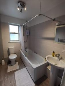 A bathroom at Kings Arms Holiday Apartments