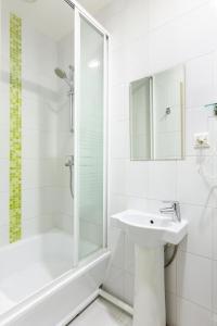 A bathroom at Hotel Element