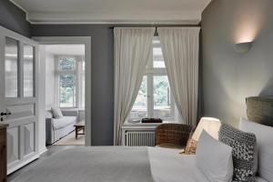 A bed or beds in a room at Landhaus Flottbek Boutique Hotel