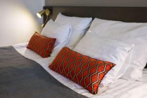 A bed or beds in a room at Scandic Grand Marina