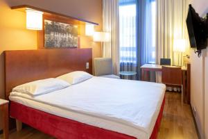 A bed or beds in a room at Scandic Kaisaniemi